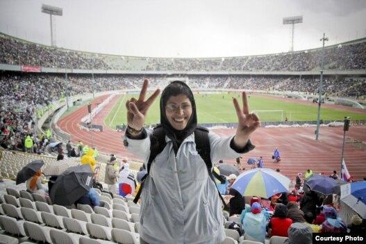مریم مجد، خبرنگار- عکاس ایرانی در ورزشگاه آزادی