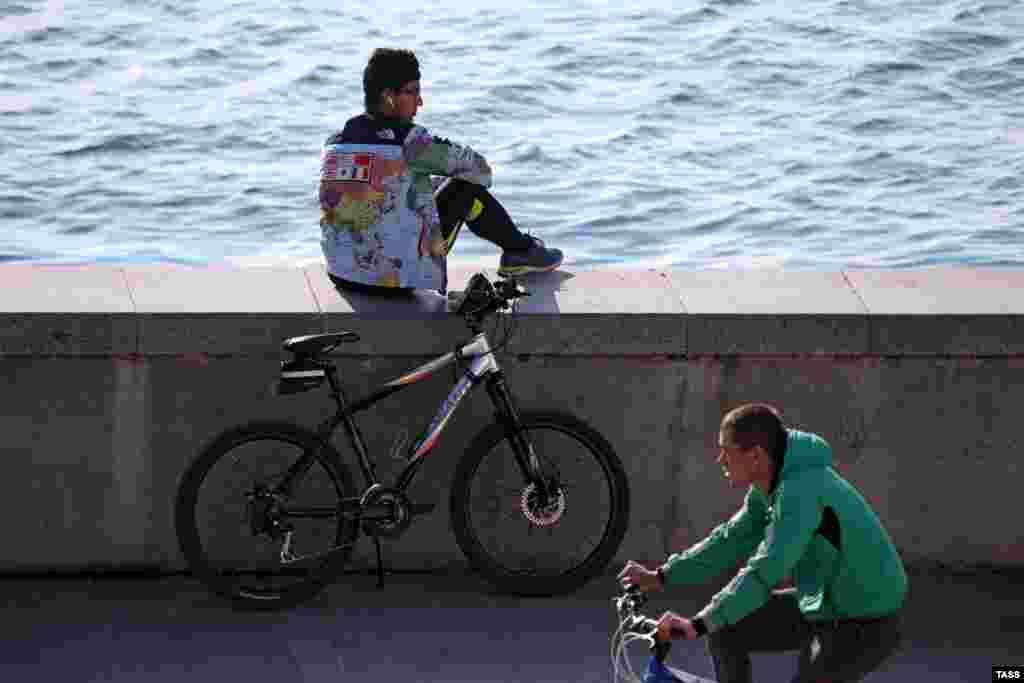 Велосипедисты на набережной
