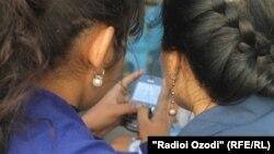 Arxiv fotosu: TAcikistanda sms oxuyan qızlar.