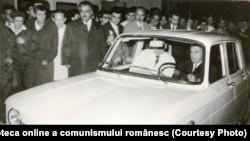 """Ceaușescu la volanul primei mașini Dacia 1100. Uzina de automobile de la Mioveni va deveni un reper pe harta """"ctitoriilor"""" lui Ceaușescu. Sursa: Fototeca online a comunismului românesc. Cota 169/1968"""