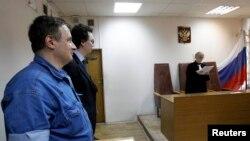 Александр Черкасов (слева) и Кирилл Коротеев слушают решение суда