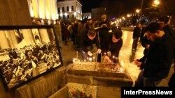 Каждый год в ночь с 8 на 9 апреля перед зданием парламента в Тбилиси собираются участники событий 1989 года