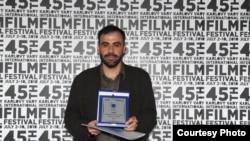 Дмитрий Мамулия получает награду экуменического жюри фестиваля в Карловых Варах