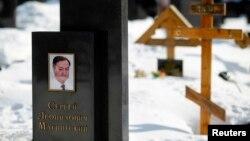 Памятник на могиле юриста Сергея Магнитского на Преображенском кладбище Москвы. 11 марта 2013 года.