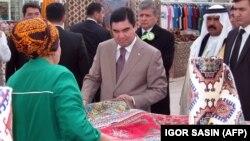 Türkmenistanyň prezidenti Gurbanguly Berdimuhamedow halylary synlaýar. (arhw suraty)