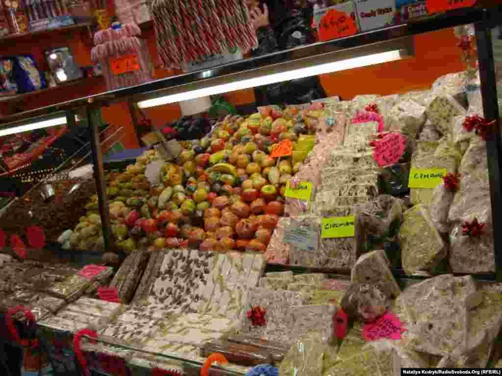 Який же ярмарок без ласощів? Кольорові фрукти з мигдалевого борошна та «торроне» з горіхами і цукатами – тридиційні італійські солодощі на Різдвяні свята