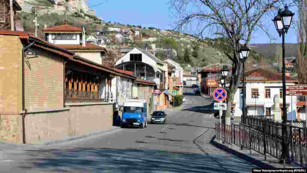 Але через пандемію COVID-19 Бахчисарай спорожнів. На вулицях не зустрінеш ні туристів, ні мандрівників із величезними рюкзаками. А на дорогах лише іноді трапляються перехожі та автомобілі