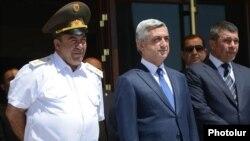 Президент Армении Серж Саргсян (в центре) и начальник полиции Владимир Гаспарян (справа)