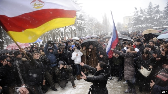 Supporters of presidential candidate Alla Dzhioyeva protest outside South Ossetia's Central Election Commission headquarters in Tskhinvali ahead of the ruling to scrap the results of the poll.