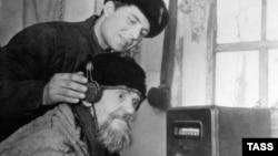СССР тұсында радио толқындар шетелден ақпарат алудың жасырын құралы болған. TASS тілшісі 1967 жылы түсірген сурет. (Скриншот)