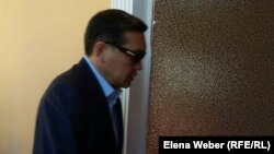 Қазақстанның бұрынғы премьер-министрі Серік Ахметов сот залында. Қарағанды, 28 шілде 2015 жыл.