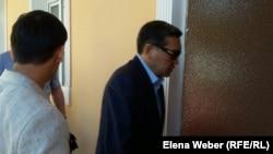 Бывший премьер-министр Казахстана Серик Ахметов на входе в здание суда. Караганда, 28 июля 2015 года.