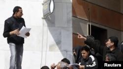 BNP Paribas bankının qarşısında növbə. Tripoli, 27 fevral 2011