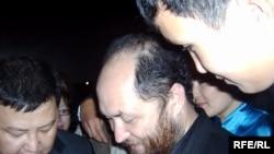 Тимур жанкүйер жерлестерінің ортасында. Алматы, 7 қыркүйек, 2008 жыл