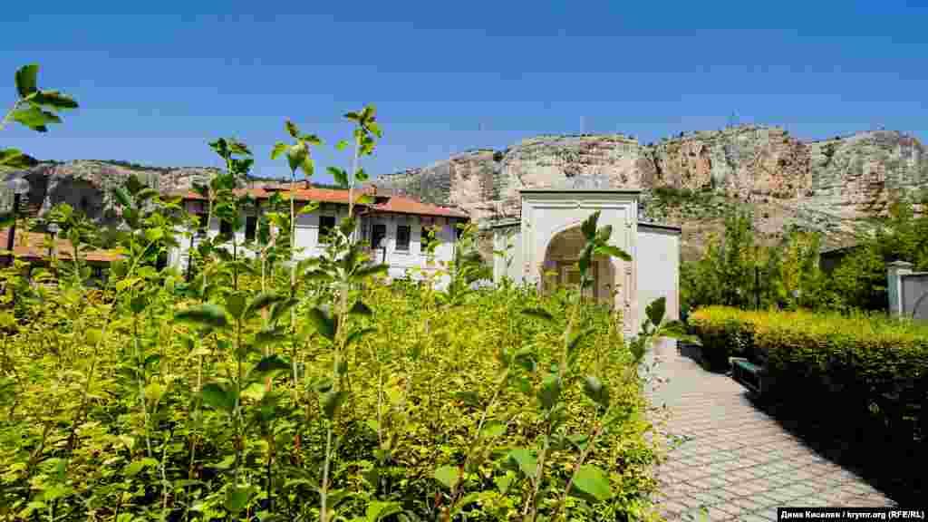 Менгли Герай был сыном Хаджи I Герая, основателя независимого Крымского ханства. Дюрбе (усыпальница) Хаджи Герая также располагается на территории Зынджырлы-медресе. Вдоль дороги к увенчанному куполом склепу буйно растут зеленые кустарники