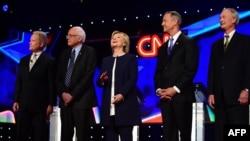 Кандидаты Демократической партии в президенты перед началом дебатов. На фото (слева направо): Джим Уэбб, Берни Сэндерс, Хиллари Клинтон, Мартин О'Малли, Линкольн Шейфи