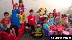 Дети во время отдыха в детском саду.
