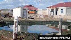 Түркіменстанның мұнайлы Балқан өңіріндегі лас су. 15 наурыз 2014 жыл. (Көрнекі сурет)