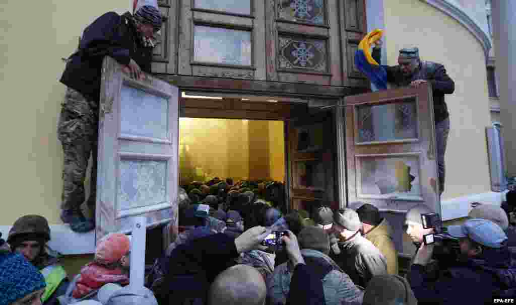 «За фактами подій біля Жовтневого палацу слідчі розпочали три кримінальні провадження», – інформують у поліції Києва