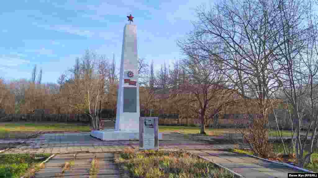 Скорбящая мать – памятный знак в честь воинов-односельчан, павших во Второй мировой войне
