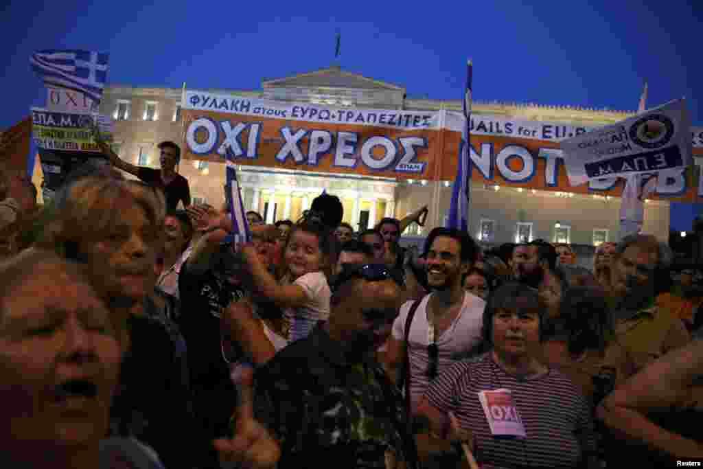 Манифестанты в центре Афин.