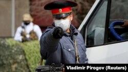Бишкекте өзгөчө абалда коопсуздукка көз салган милиция кызматкери, 26-март, 2020-жыл.