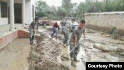 Қытайдың Іле аймағы Тоғызтарау ауданындағы су шайған аймақты тазартып жатқан жұмысшылар. Жергілікті тұрғындар жолдаған сурет.