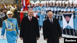 Թուրքիայի նախագահ Ռեջեփ Էրդողանը դիմավորում է Անկարա ժամանած Ռուսաստանի նախագահ Վլադիմիր Պուտինին նախագահական պալատում, 1-ը դեկտեմբերի, 2015թ․
