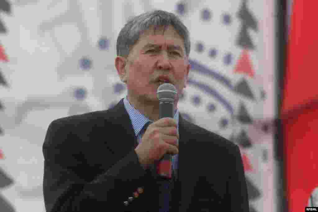 БЭК президенттикке сунуштаган А. Атамбаевдин талапкерлигин көпчүлүк колдоду - Kyrgyzstan -- Leader of the Social Democratic Party Almazbek Atambaev speaks at a Grand Congress (Eldik Kurultay) of United Popular Movement In the Village of Arashan Near Bishkek,25april2009