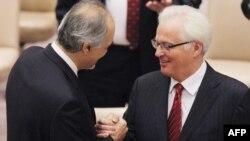 Посол Сирии в ООН Башар Джаафари пожимает руку послу России в ООН Виталию Чуркину