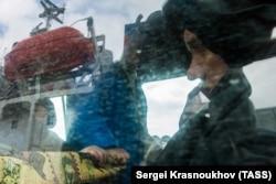 """Спасенные моряки затонувшего траулера """"Дальний Восток"""" в порту Корсаков, 2015 год"""
