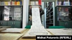 Atif Mušinović pokazuje redoslijed derviških redova kroz istoriju, izdat u Zvorniku 1836. godine, u Arhivu BiH