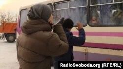 Батьки проводжають дітей під час евакуації з Авдіївки