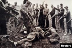 'Ne može se izjednačiti Bleiburg i Jasenovac, jer u Jasenovcu ni jedan ubijeni nije kriv za nikoga u Bleiburgu, a mnogi u Bleiburgu su krivi za mnoge u Jasenovcu.'(Na fotografiji ustaše ubijaju pored Save, 1945)