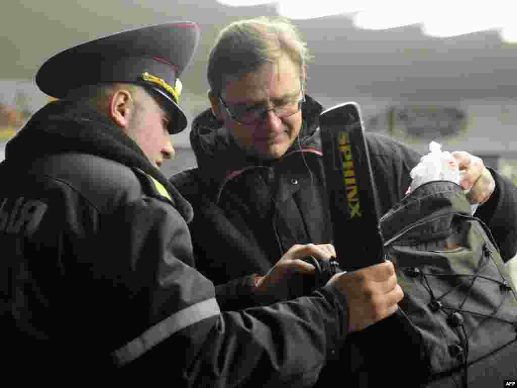 Мешканець Мінська проходить обов'язкову перевірку перед входом у метро, 14 квітня. Відтепер кожного, хто хоче спуститись до мінської підземки, мають оглянути правоохоронці. Photo by Kseniya Avimova for AFP