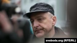 Мікалай Аўтуховіч адразу пасьля выхаду за браму турмы, красавік 2014