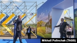 Ukraine -- Ukrainian President Petro Poroshenko and Slovak President Andrej Kiska attend a ceremony dedicated to a visa-free regime with European Union (EU) which comes into force for Ukraine, in the town of Uzhhorod, June 11, 2017