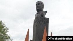 Վազգեն Սարգսյանի հուշարձանը Էջմիածնում, լուսանկարը՝ նախագահականի