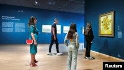 Վինսենտ Վան Գոգի թանգարանի այցելուները «Արևածաղիկները» կտավի մոտ սոցիալական հեռավորություն են պահպանում, Ամստերդամ, 1 հունիսի, 2020թ.