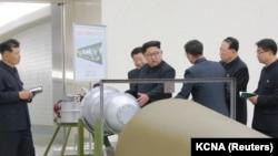 رهبر کره شمالی در حال نظارت بر برنامه هستهای آن کشور در تصویری که تاریخ آن مشخص نشدهاست. عکس اصلی را خبرگزاری رسمی کره شمالی منتشر کردهاست.