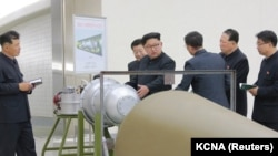ЦТАК маалымат агенттигинин кабарлашынча, суутек бомбасынын дүрмөтү континент аралык ракетага жүктөлүп, бул жараянга өлкө лидери Ким Чен Ын көз салган. 3-сентябрь, 2017-жыл
