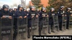 Поліція Косова біля будівлі парламенту