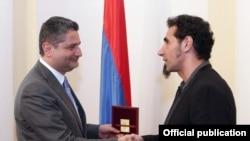 Тигран Саркисян наградил Сержа Танкяна памятной медалью премьер-министра Армении