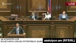 Ժամանակավոր հաշվիչ հանձնաժողովի նախագահ Գագիկ Մելիքյանը ելույթ է ունենում խորհրդարանի ամբիոնից, Երևան, 19-ը հունիսի, 2018թ․