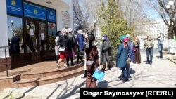 """""""Нұр Отан"""" ғимаратының алдында күтіп тұрған әйелдер. Қызылорда, 28 наурыз 2020 жыл."""