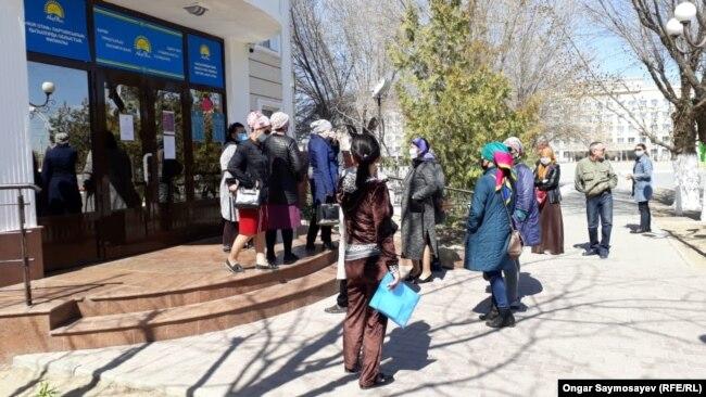 """Коронавируске байланысты төтенше жағдай кезінде """"Нұр Отан"""" партиясы кеңсесіне жәрдем сұрап келген тұрғындар. Қызылорда, 28 наурыз 2020 жыл."""