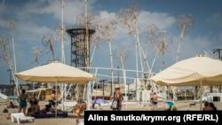 Пляж у селі Поповка, де проходив щорічний фестиваль електронної музики Республіка KaZантип. Крим, Сакський район