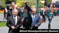 Прем'єр-міністр Ізраїлю Біньямін Нетаньягу (п) з російським президентом Володимиром Путіним покладає квіти в Москві, 9 травня 2018 року