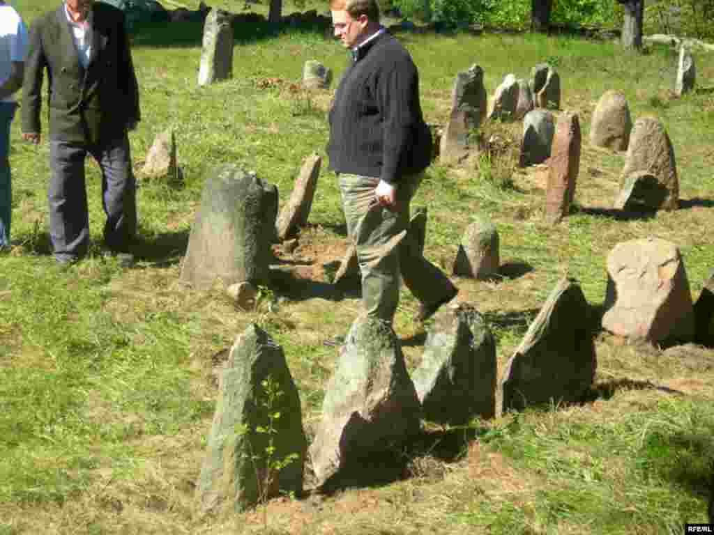 Часовы павераны амбасады ЗША Джонатан Мур на габрэйскіх могілках у Рубяжэвічах, 1 чэрвеня - Часовы павераны амбасады ЗША Джонатан Мур на габрэйскіх могілках у Рубяжэвічах, 1 чэрвеня