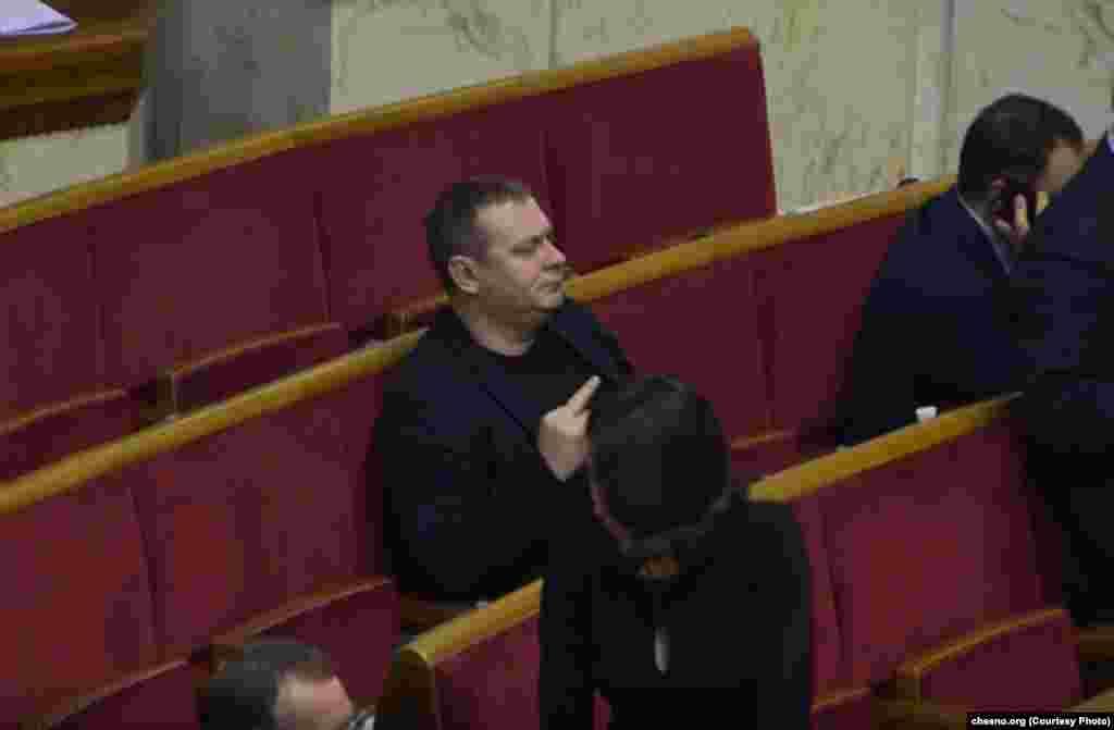 Народний депутат Андрій Шинькович із «БПП» запам'ятається виборцям саме завдяки цьому фото. Наприкінці грудня на своєму робочому місці він через «кнопкодавство» отримав різочку від святого Миколая. На фото– його реакція